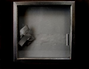Veli Ekroos: Pienoismaailmat - sarjasta 2005 - 20 X 20 Kollaasi / vitriini